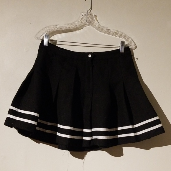H&M Dresses & Skirts - H&M Black & White Pleated Schoolgirl Skirt Size 10